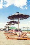 Parasol και γεφυρών καρέκλες σε μια παραλία Στοκ εικόνες με δικαίωμα ελεύθερης χρήσης