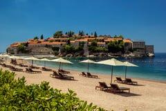 Parasol και μια όμορφη παραλία στην αδριατική θάλασσα Μαυροβούνιο στοκ εικόνα με δικαίωμα ελεύθερης χρήσης