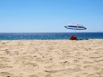 Parasol σε μια εγκαταλειμμένη παραλία Στοκ εικόνες με δικαίωμα ελεύθερης χρήσης