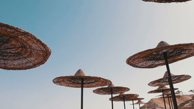 Parasol σκιαγραφία στην παραλία απόθεμα βίντεο