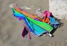 parasol abandonné coloré cassé à la plage sablonneuse Photographie stock