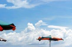 Parasol coloré en ciel bleu Images libres de droits