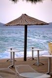 Parasol da barra da praia pelo mar áspero Imagem de Stock