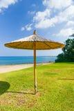 Parasol de paille sur la mer Images stock