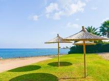 Parasol de paille sur la mer Photos libres de droits