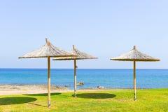 Parasol de paille sur la mer Images libres de droits