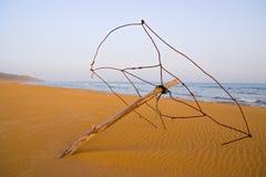 Parasol de playa abandonado en la playa de oro de la tortuga en Karpasia, Isla Foto de archivo