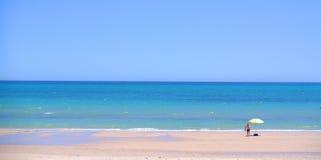 Parasol de playa amarillo fotos de archivo