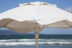 Parasol de playa blanco Fotos de archivo libres de regalías