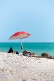 Parasol de playa con un mar verde del agua en Nápoles, la Florida Fotografía de archivo libre de regalías