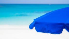 Parasol de playa contra descenso trasero del océano Foto de archivo libre de regalías