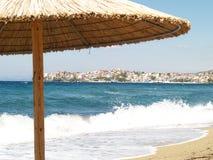 Parasol de playa cubierto con paja imágenes de archivo libres de regalías