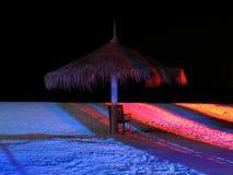 Parasol de playa, debajo del cielo oscuro Foto de archivo libre de regalías