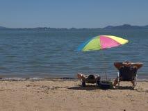 Parasol de playa del arco iris, Mountain View distantes foto de archivo