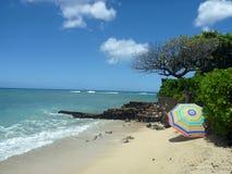 Parasol de playa en la playa de Makalei con las ondas que traslapan en orilla fotos de archivo libres de regalías