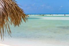 Parasol de playa en la playa exótica imagen de archivo