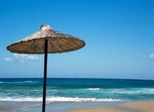 Parasol de playa en un día soleado foto de archivo