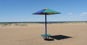 Parasol de playa en una playa abandonada almacen de video