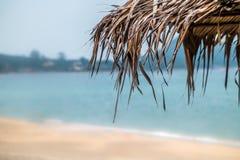 Parasol de playa hecho de las hojas de palma Imagenes de archivo