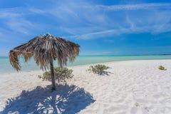 Parasol de playa hecho de las hojas de palma en la playa exótica Imágenes de archivo libres de regalías