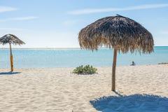 Parasol de playa hecho de las hojas de palma en la playa exótica Imagen de archivo libre de regalías