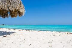 Parasol de playa hecho de las hojas de palma en la playa exótica Foto de archivo