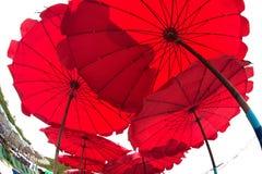 Parasol de playa rojo Imagenes de archivo