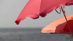 Parasol de playa rojo almacen de metraje de vídeo