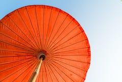 Parasol de playa rojo con el cielo azul Imagen de archivo libre de regalías