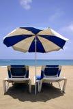Parasol de playa y camas Imagen de archivo libre de regalías