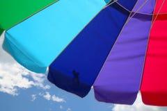 Parasol de playa y cielo fotografía de archivo