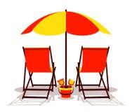 Parasol de playa y sillas de cubierta Imagen de archivo libre de regalías
