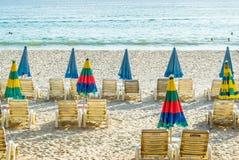 Parasol de playa y sillas de salón Imagen de archivo libre de regalías