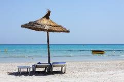 Parasol em uma praia arenosa Foto de Stock Royalty Free