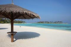 Parasol en la playa de Maldivas Imagen de archivo libre de regalías