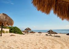 Parasol en plage des Caraïbes de Cancun images libres de droits