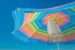Parasol en un cielo azul Foto de archivo