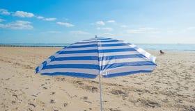 Parasol en un cielo azul Imagen de archivo