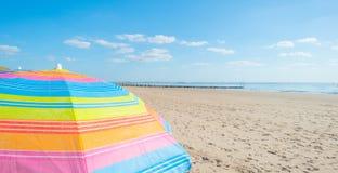 Parasol en un cielo azul Foto de archivo libre de regalías