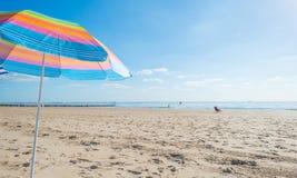 Parasol en un cielo azul Imagen de archivo libre de regalías