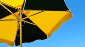 Parasol en un fondo del cielo azul Imagen de archivo libre de regalías