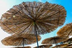 Parasol en un fondo del cielo azul Fotografía de archivo libre de regalías