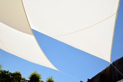 Parasol et ciel bleu Photos libres de droits