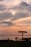 Parasol isolé avec le coucher du soleil au-dessus du fond de lac Photo stock