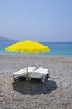 Parasol jaune et deux canapés blancs du soleil Photo libre de droits