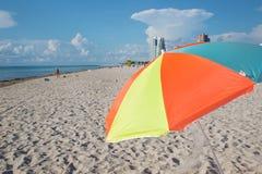 Parasol multicolor en la playa Imagen de archivo