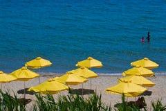 Parasol na plaży. widok w Pogodnej Plaży - Bułgaria obraz royalty free