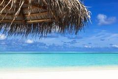 Parasol na plażowym tropikalnym morzu Obrazy Stock