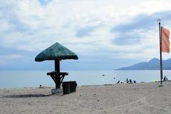 Parasol na praia branca da areia Fotografia de Stock