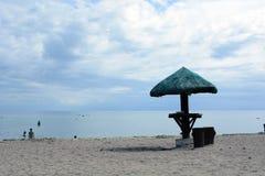 Parasol na praia branca da areia Imagem de Stock